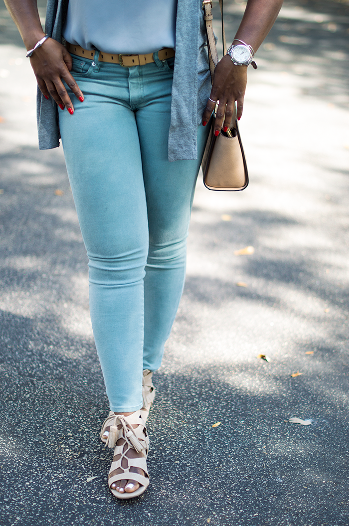 casual outfit with grey jeans neutral 4